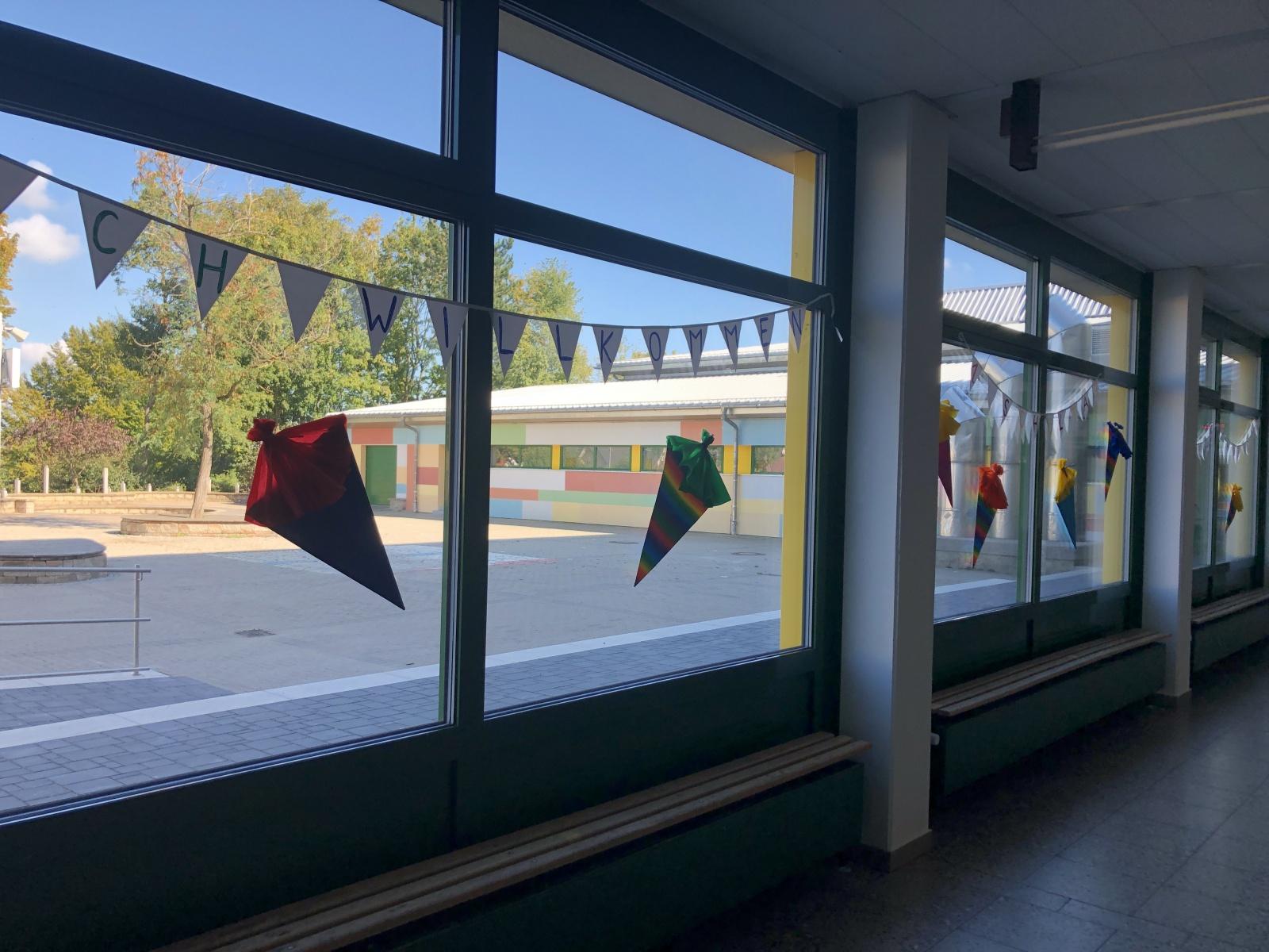 Bunte Schultüten in der Aula am ersten Schultag