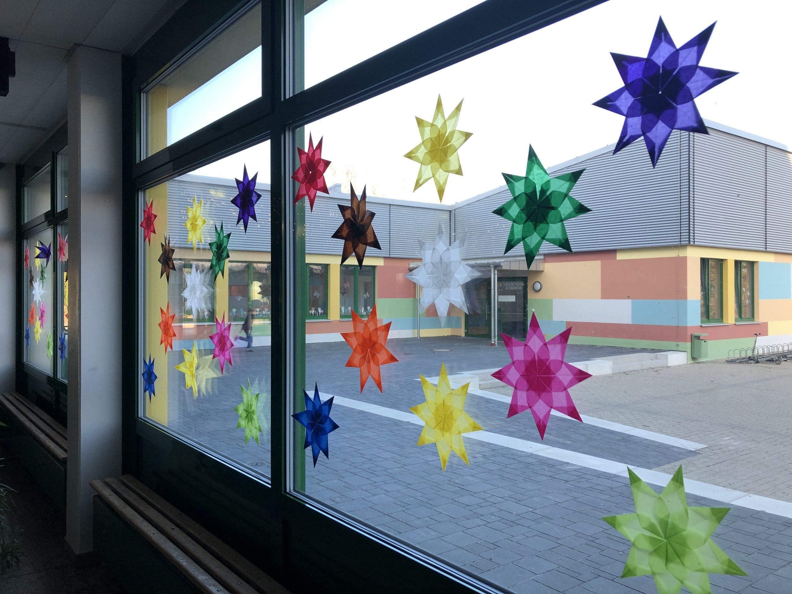 Bunte Weihnachtssterne schmücken die Fenster