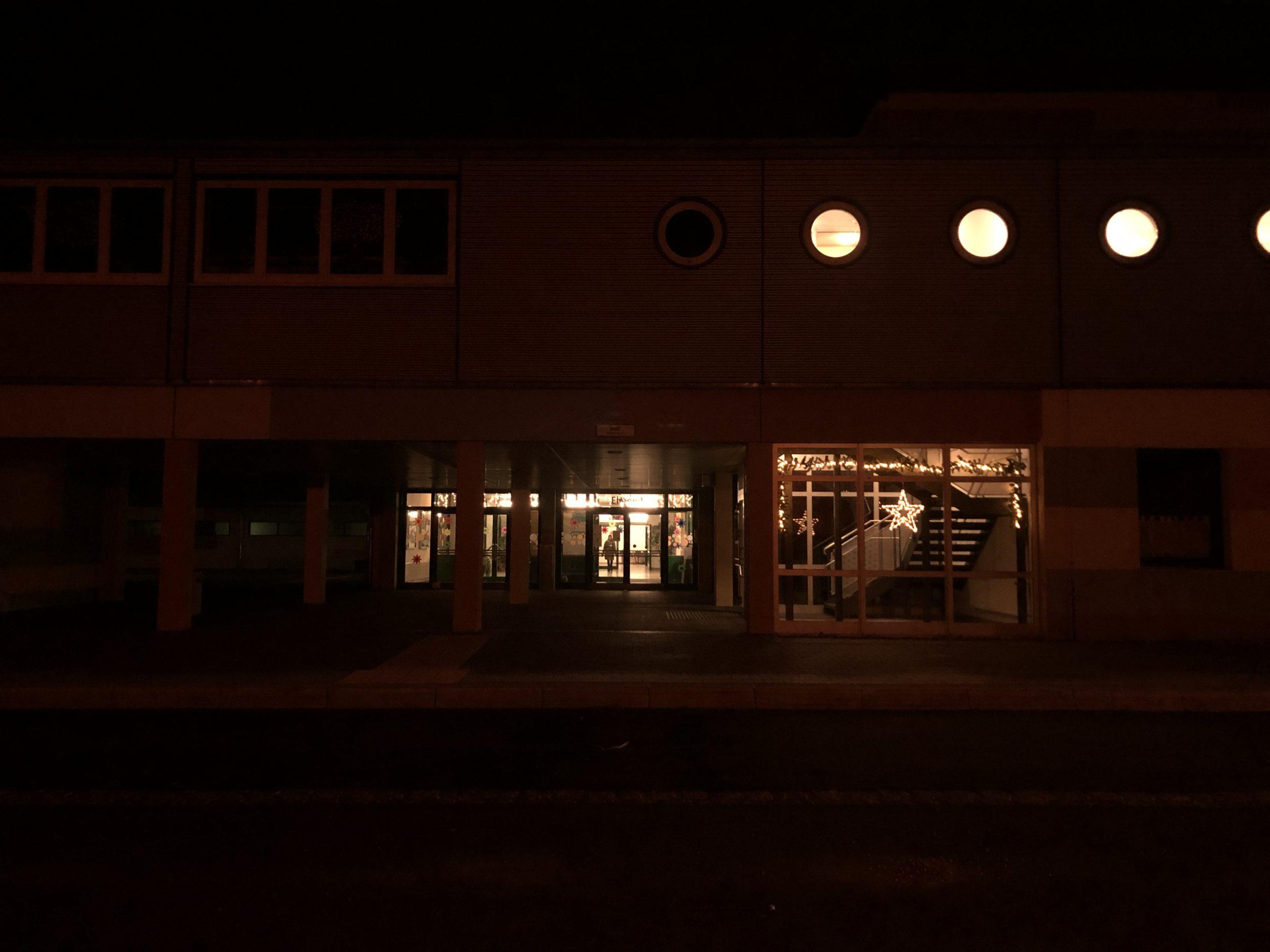 Unser weihnachtlich beleuchtetes Schulhaus.